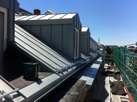 Ein Dach aus Zink mit 3 Dachfenstern