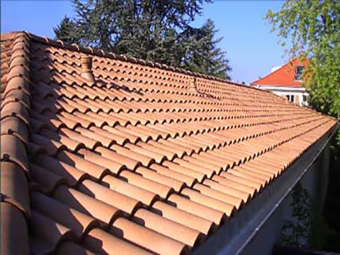 Neues Dach mit Dachziegeln verlegt
