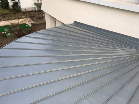 Vordach silber Metall wie ein Fächer aufgebaut