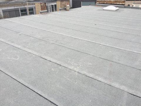 Saniertes Flachdach mit verschiedenen Bitumenschweißbahnen