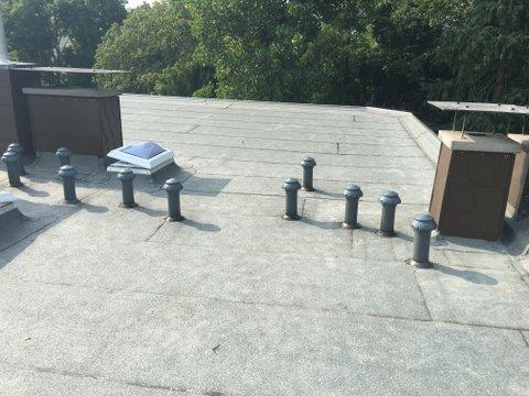 Dach mit Bitumenbahnen, Dachfenster und Schornstein