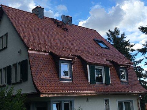 Schindeldach in rot brauner Färbung im Landhaus-Stil