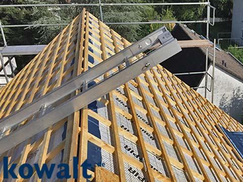 Leiter und Holzlattung auf dem Dach